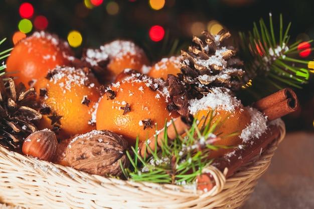 クリスマスバスケット-雪の上のモミ、タンジェリン、スパイス