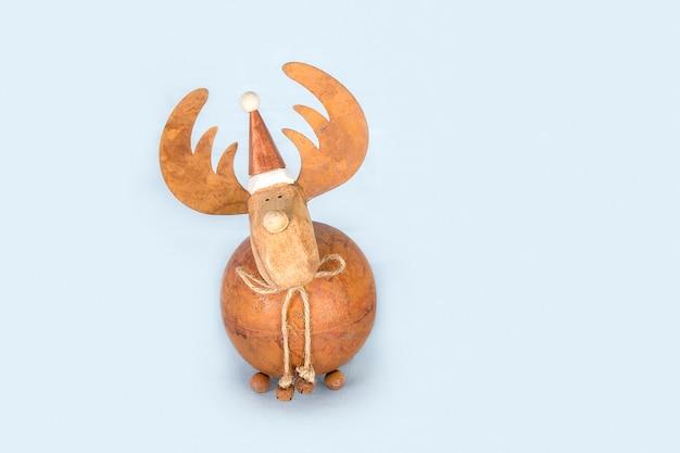 Рождественский олень безделушка на синем фоне