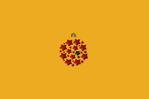 노란색 배경에 빨간색 별 모양의 장식품으로 만든 크리스마스 값싼 물건. 새해 개념은 평면 복사 공간이 있습니다.