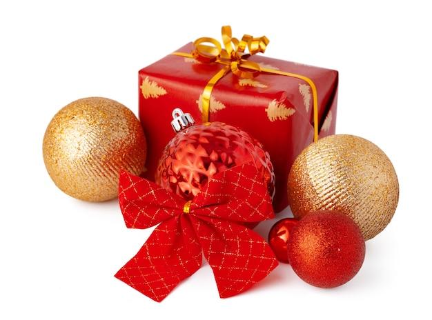 크리스마스 싸구려 및 흰색 배경에 고립 된 축제 선물 상자