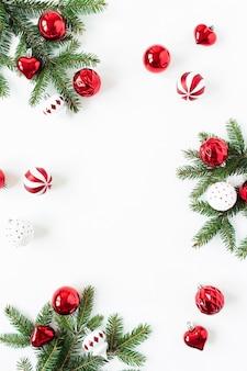 白い表面のクリスマスつまらないものとモミの枝