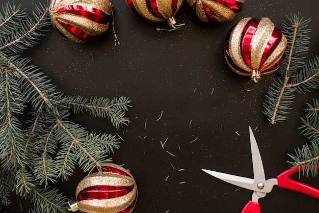 전나무 가지 근처 크리스마스 싸구려