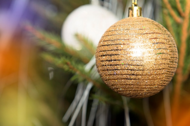 크리스마스 트리에 곱슬 리본이 달린 크리스마스 싸구려. 크리스마스 트리 장식의 근접 촬영
