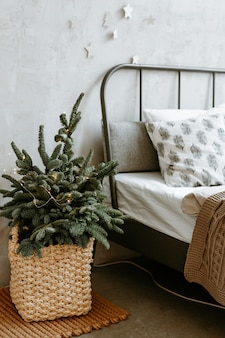 Новогодний декор спальни в светлых тонах.