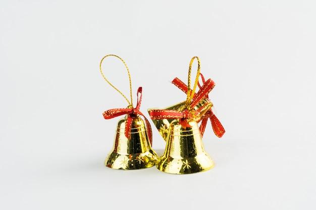 Рождественские колокола на белом фоне. рождественский орнамент. выборочный фокус.