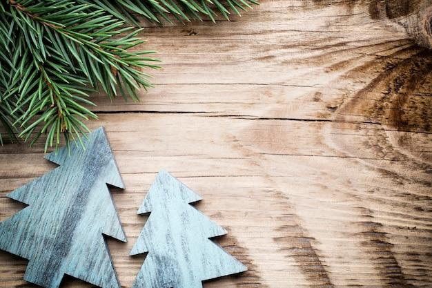 Рождественские пустые бирки на деревянном столе.