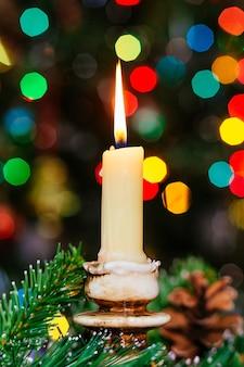 Рождественское боке. новый год . украшенная елка, подарки, свечи,
