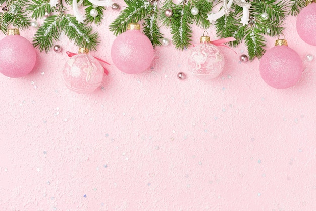 새 해 장식품, 분홍색 배경에 전나무의 크리스마스 테두리.