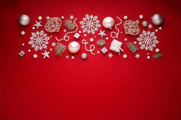 Новогодняя граница из белых украшений на красном фоне космического пространства.