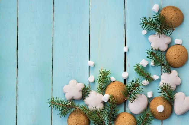 진저브레드, 마시멜로, 전나무 가지가 있는 크리스마스 테두리.