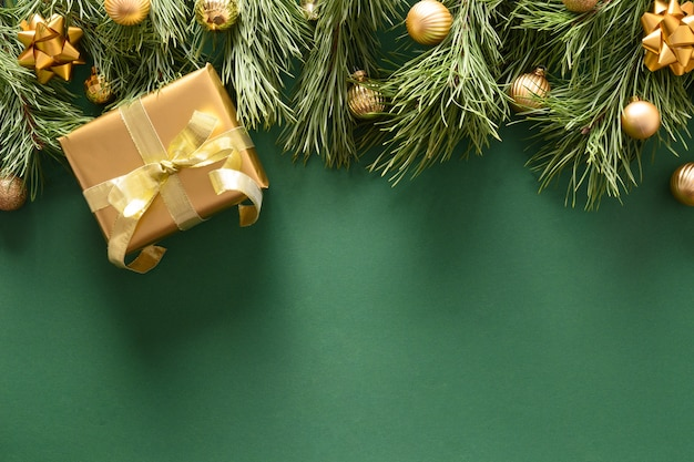 황금 선물 및 녹색 배경에 볼 크리스마스 테두리.