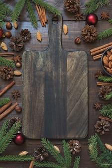 まな板の上で休日の食べ物を調理するための材料とクリスマスの境界線