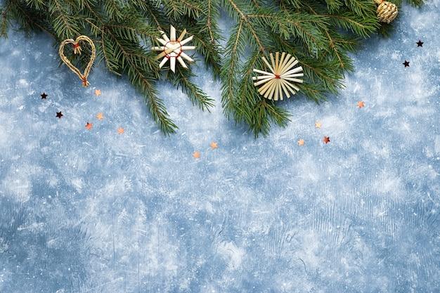 Новогодняя бордюр из сосны, деревянные орнаменты на синем