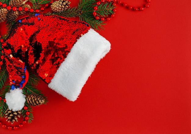 Рождественская граница с шляпой санты на красном фоне.