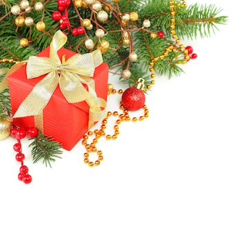 Рождественская граница с елкой, красным подарком и золотым украшением изолированы