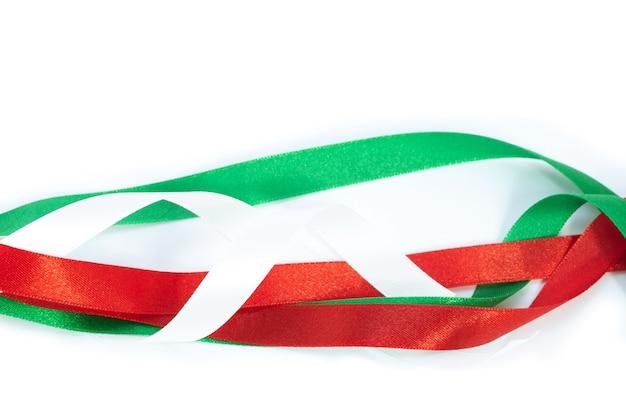 Рождественский бант красного, зеленого и белого цвета на белом фоне.
