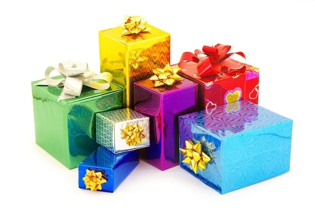 새틴 나비 흰색 배경에 고립 된 크리스마스 상자 선물