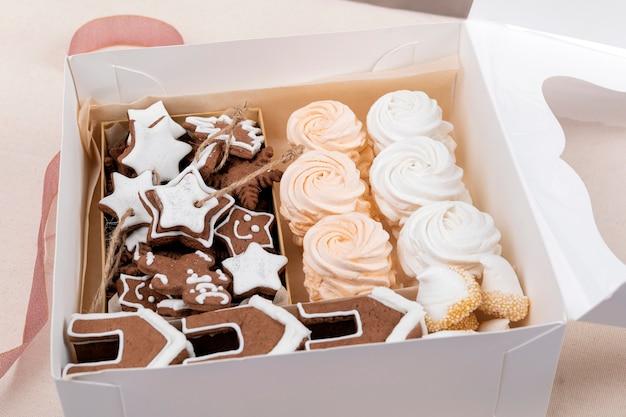 ジンジャーブレッドとマシュマロのクリスマスボックス。お正月とクリスマスのお菓子。