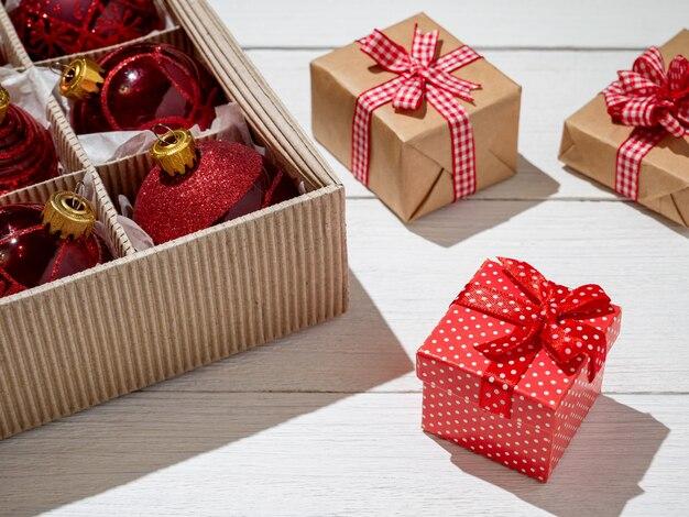 赤いクリスマスボールとギフト、クリスマスの装身具が入ったクリスマスボックス