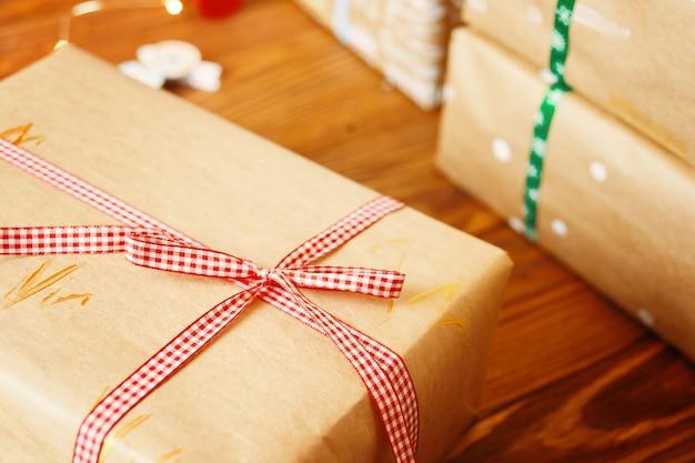 木製のテーブルにクラフト紙を包むクリスマスボックス