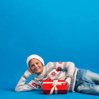 Рождественский мальчик укладывает студийный снимок