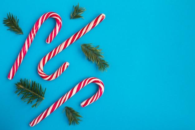 Рождественские ветки и конфеты