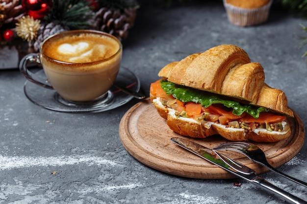 Рождественский завтрак: круассан с красной рыбой и авокадо