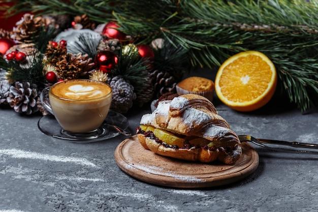 Рождественский завтрак с круассанами. рождественский круассан с шоколадом и печеным апельсином.