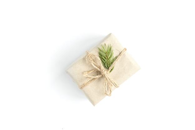 白で隔離される白い弓とクリスマスブラウンギフトボックス