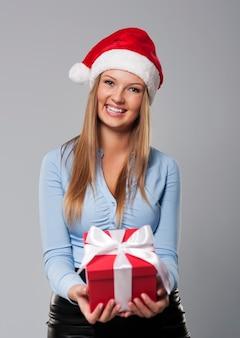 小さな贈り物を与えるクリスマスのビジネスウーマン