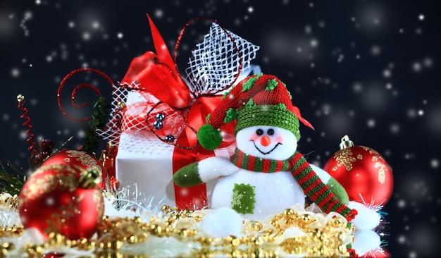 Рождественские красивые рождественские украшения на ночном фоне