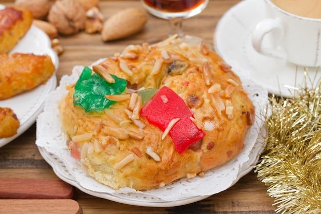 크리스마스 케이크와 갈색 나무에 커피 한잔