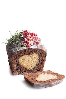 クリスマスケーキ。白い背景の上のチョコレートケーキカッタウェイ分離株