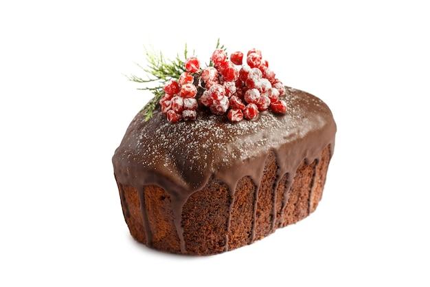 クリスマスケーキ。白い背景の上のチョコレートケーキ分離