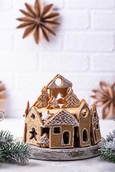 Рождественский торт, украшенный пряниками в виде домиков