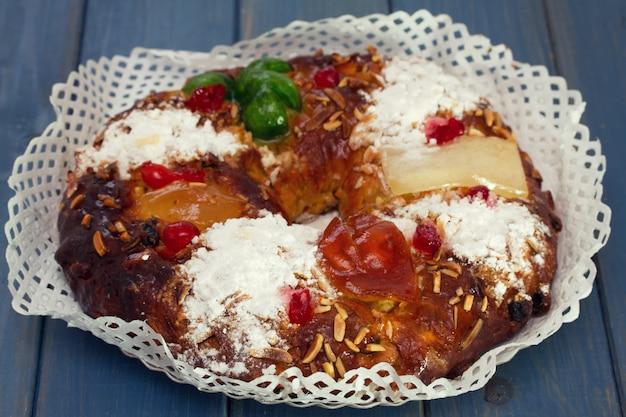 푸른 나무 테이블에 크리스마스 케이크