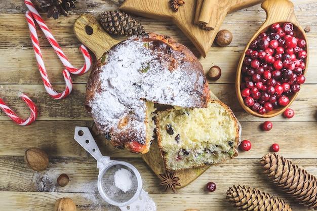 クリスマスケーキのパネトーネとクリスマスの飾り