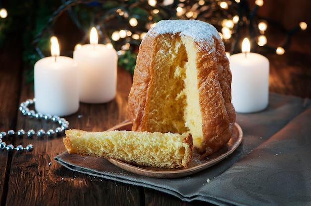 Рождественский торт панеттоне на деревянном столе