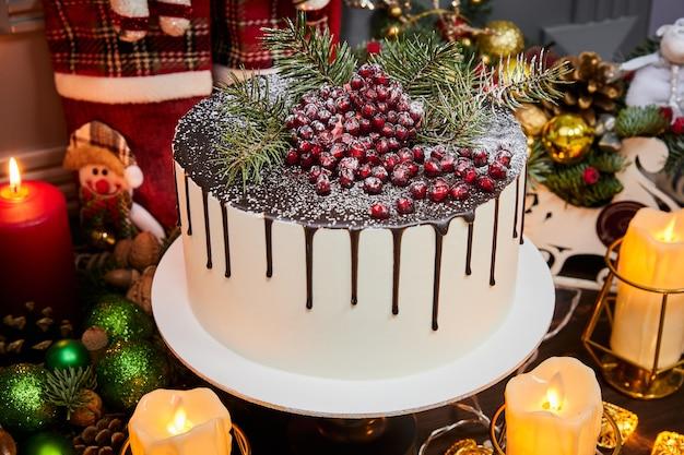 Рождественский торт на шоколадной основе с кремом маскарпоне и гранатом