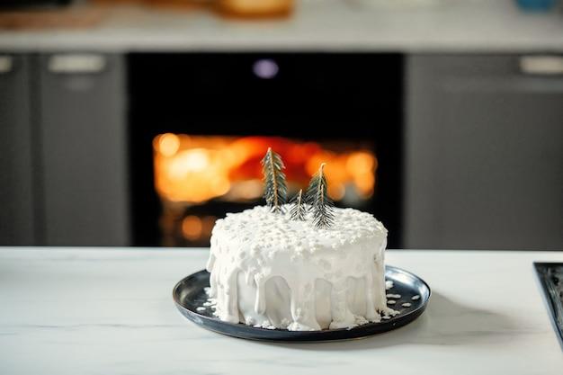Рождественский торт со сливками на столе на кухне