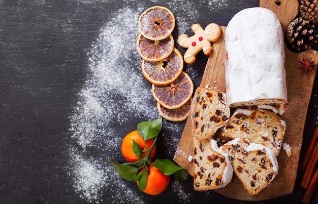 Рождественский торт со свежими мандаринами и сухофруктами, вид сверху