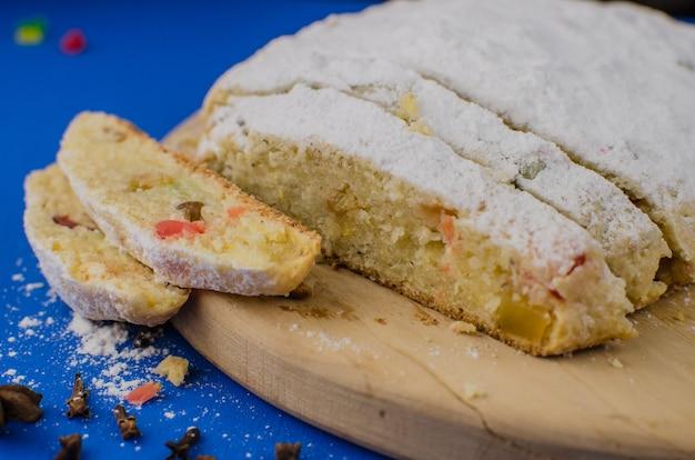 Рождественский пирог с фруктами на синем фоне.