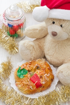 흰색 나무 표면에 장난감 크리스마스 케이크