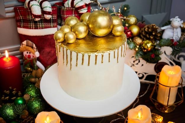 Рождественский торт с ванильным бисквитным творожным кремом и клубникой, украшенный елочными шарами