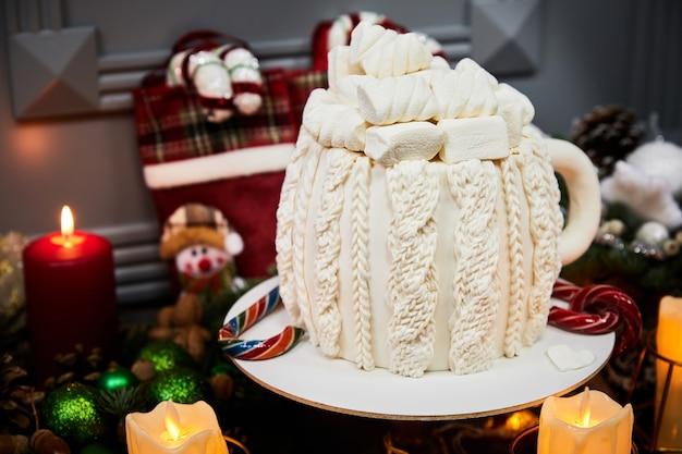 Рождественский торт с крем-сыром на основе влажного шоколада, соленой карамелью и орехами