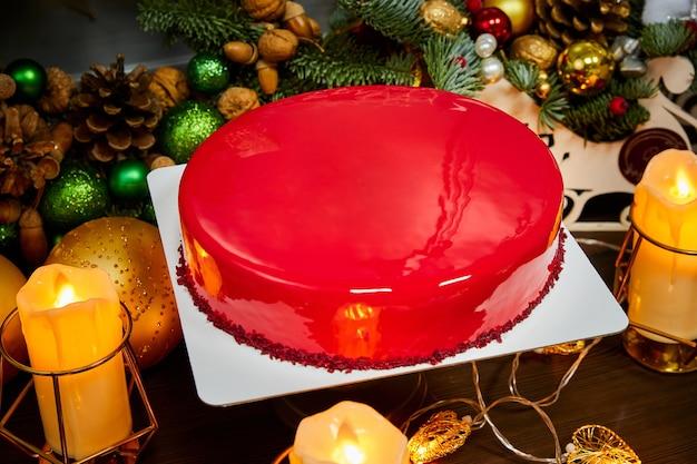 Рождественский торт с белым шоколадом, черной смородиной и ежевикой