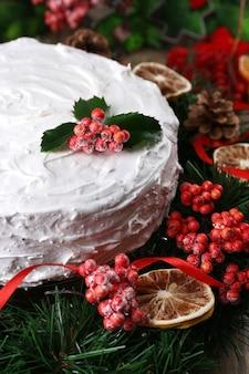 나무 테이블에 화 환과 크리스마스 케이크