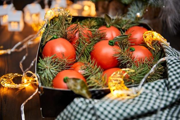 Рождественские торты в виде мандарина из шоколадного бисквита и крема с еловыми ветками