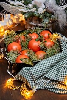 Рождественские торты в виде мандарина из шоколадного бисквита и крема
