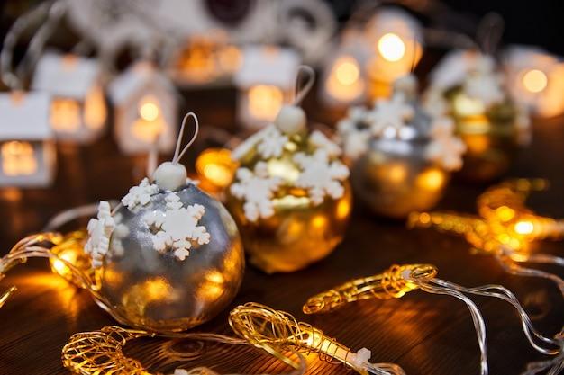 Новогодние торты в виде муссовых шаров на фоне светящихся гирлянд